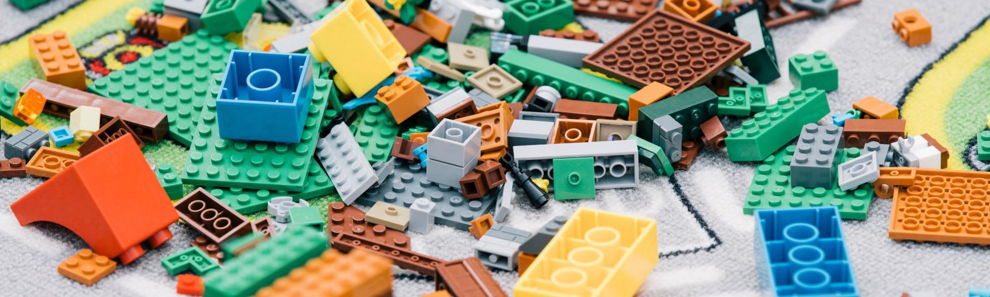Kuvassa on iso kasa legoja.