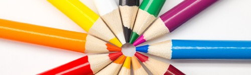 Kuvassa on kehässä eri värisiä värikyniä.