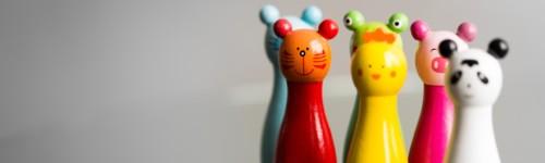 Kuvassa on ryhmä värikkäitä eläinhahmoisia keiloja.