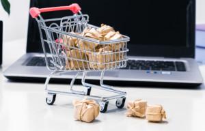 Kuvassa ostoskärryt ja tietokone