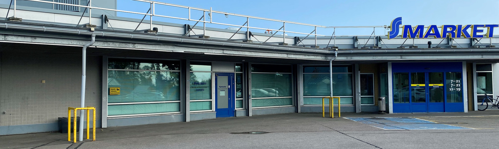 Kuvassa S-Marketin rakennus ja Luotsin ikkunat ja ovi.