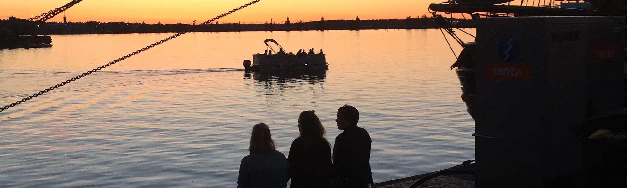 Tyttöjä satamalaiturilla Meripäivillä 2017