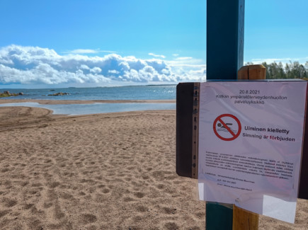 Uiminen kielletty lappu uimarannalla
