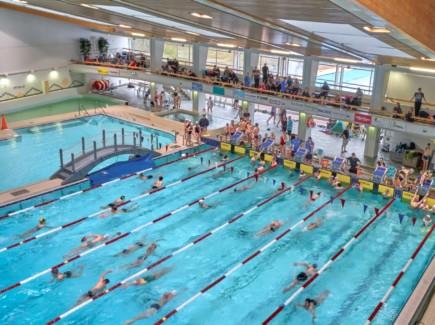 Ihmisiä uimahallissa