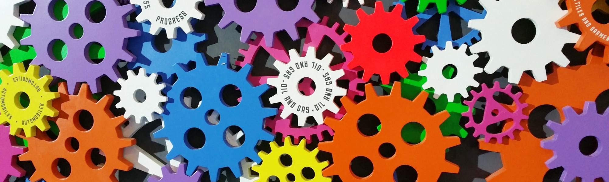 Kuvassa on eri värisiä lasten rakennussarjaan kuuluvia ratasosia.